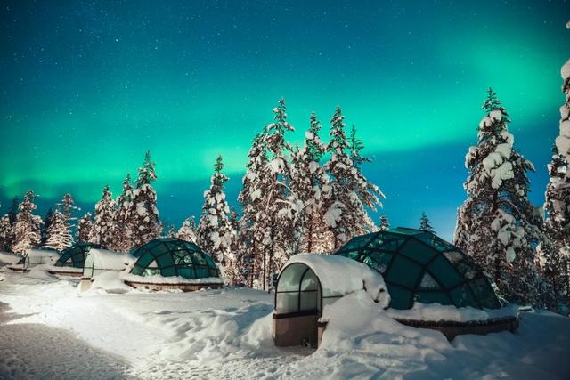 Kakslauttanen glass igloo Northern Lights (sm).jpg